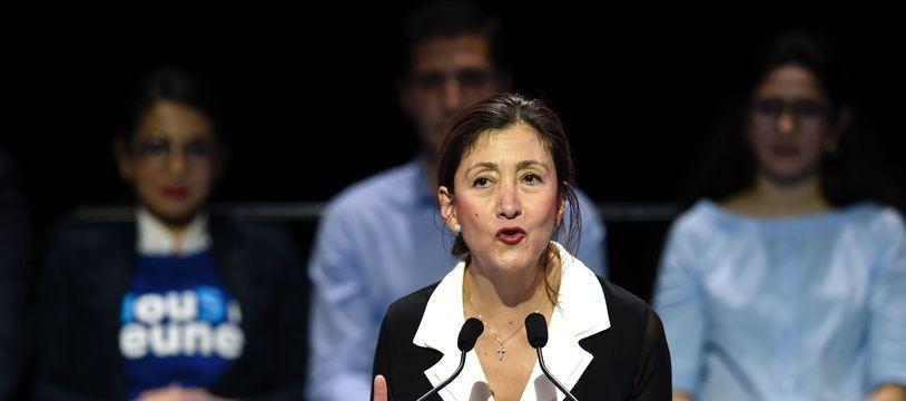 Ingrid Betancourt à la tribune au meeting de Nicolas Sarkozy au Zénith de Paris le 8 octobre 2016. AFP PHOTO / MIGUEL MEDINA