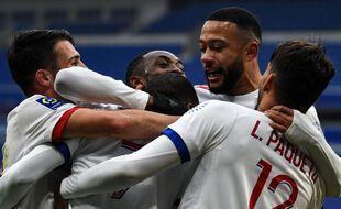 Toko-Ekambi félicité par ses coéquipiers après son but contre Reims.