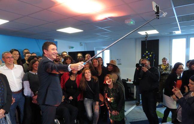 Benjamin Griveaux, candidat LREM à la mairie de Paris fait un selfie avec ses «ambassadeurs»