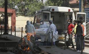 L'Inde, touchée par une seconde vague de coronavirus croule sous le nombre de morts.