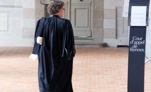 Une avocate marche dans la salle des pas perdus du Parlement de Bretagne à Rennes, qui abrite la cour d'appel et la cour d'assises.