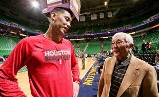 Wataru Misaka (à d.) aux côtés du meneur NBA Jeremy Lin.