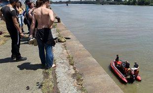 Des pompiers effectuent des recherches quai Wilson à Nantes, après la disparition d'un jeune homme.