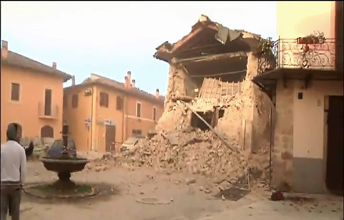 Un édifice détruit à Norcia, en Italie, dans le tremblement de terre du 30 octobre 2016. Capture d'écran d'un reportage de la chaîne italienne Sky. – HO / AFP