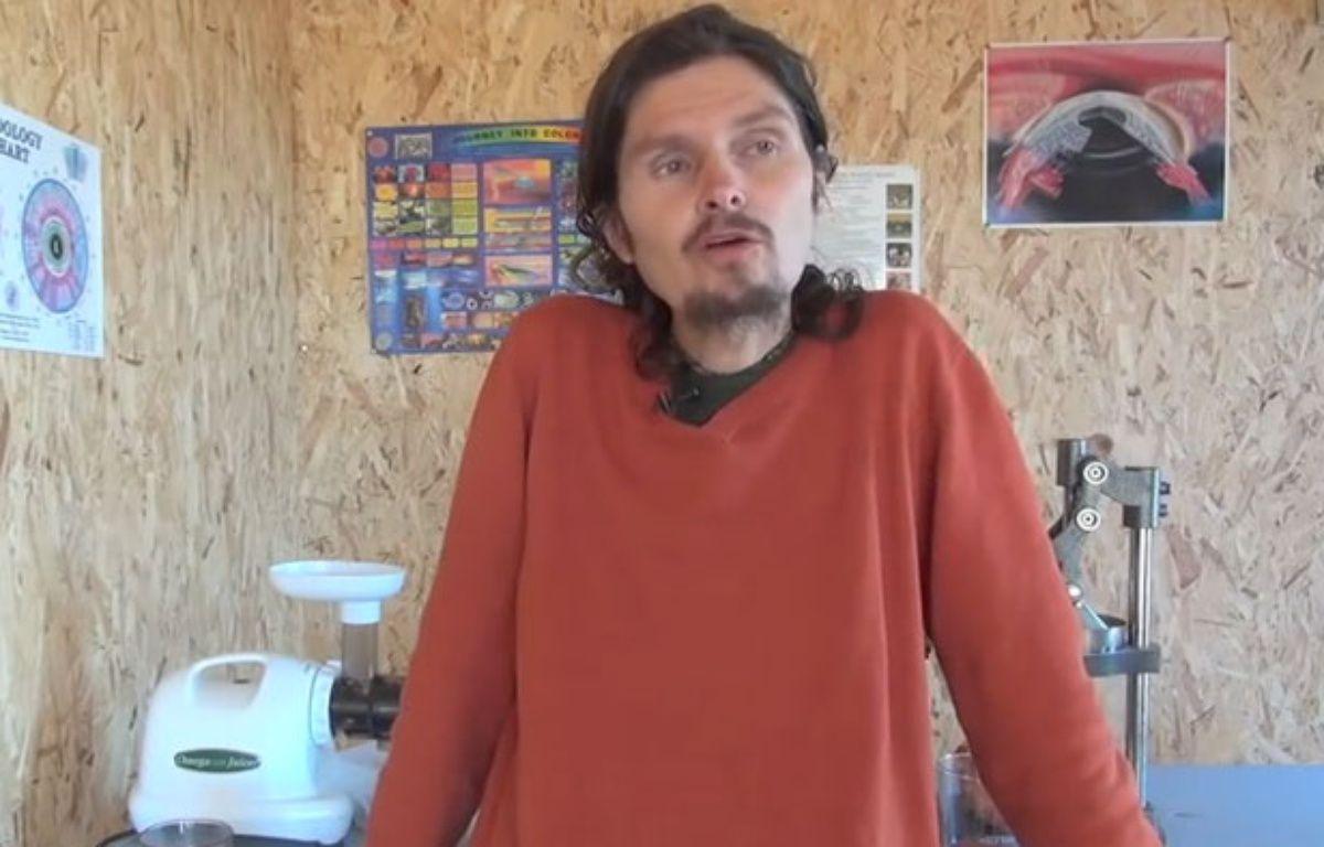 Thierry Casasnovas, de l'association Vivrecru, défend l'alimentation crudivore dans ses vidéos diffusées sur Youtube. – Capture d'écran/20Minutes