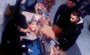 Capture d'écran d'une video surveillance montrant Salah Abdeslam (D) et Mohammed Abrini le 11 novembre 2016 à la station service de Ressons au nord de Paris