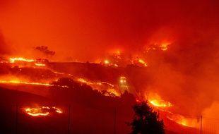 Le Kincade fire, près de Geyserville, au nord de San Francisco, en Californie, le 24 octobre 2019.