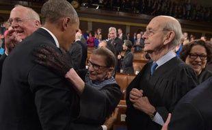 Le président Barack Obama embrasse la juge Ruth Bader Ginsburg sous le regard de son collègue Anthony Kennedy et de la ministre de Justice Sonia Sotomayor, le 20 janvier 2015 à Washington, avant de prononcer son discours sur l'Etat de l'Union