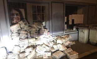 Des tas de journaux ont été déposés devant le local de Valérie Oppelt