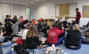 Réunis dans une salle de l'annexe du conservatoire de Grenoble, une cinquantaine de jeunes de Youth For Climate France concluent ce vendredi 1er novembre leur congrès national.