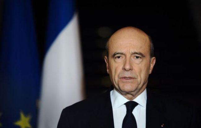 """La France n'entend """"pas céder à la panique"""" et retirer totalement en 2012 ses troupes d'Afghanistan, a déclaré mardi le ministre des Affaires étrangères, Alain Juppé, à l'opposition socialiste qui réclamait au contraire un rapatriement complet d'ici la fin de l'année."""