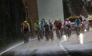 Le groupe des favoris monte vers la station d'Andorre Arcalis sur le Tour 2016.