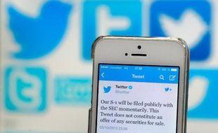 Avec son entrée en Bourse à 1 milliard de dollars, le réseau social Twitter semble choisir des débuts prudents à Wall Street, soucieux d'éviter les erreurs de son plus grand rival Facebook l'année dernière.