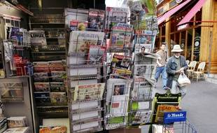 Des quotidiens dans un kiosque le 9 septembre 2005 à Paris