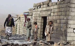 Dans le village de Yakla, des résidents retrouvent leur maison totalement ravagée par les frappes au Yémen, le 3 février 2017.