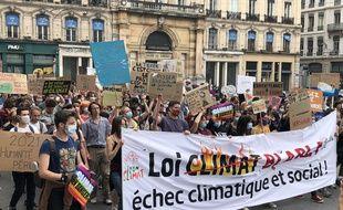 Entre 4.500 et 6.200 personnes ont défilé dimanche après-midi à Lyon pour le climat.