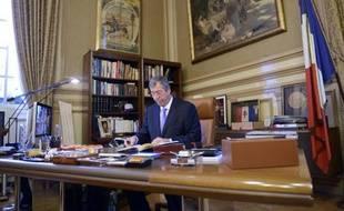 Le maire UMP de Levallois-Perret, Patrick Balkany, dans son bureau, le 18 novembre 2013