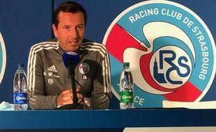 Non, Julien Stéphan n'a pas retiré les bouteilles de Carola de la tribune.