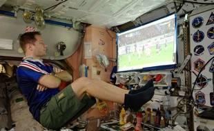 L'astronaute français Thomas Pesquet regarde le match de rugby dans l'ISS opposant la France et l'Angleterre lors du Tournoi des Six Nations en 2017