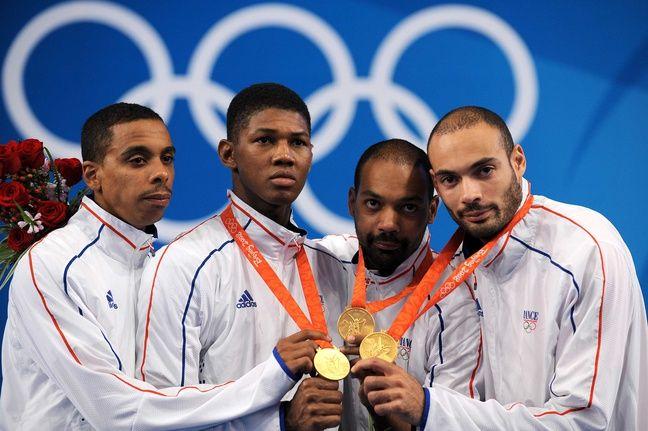 L'équipe de France d'escrime médaillée d'or à l'épée lors des JO 2008.