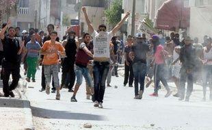 Des affrontements opposaient dimanche policiers et salafistes dans la banlieue ouest de Tunis, faisant une quinzaine de blessés, après l'interdiction du congrès du mouvement salafiste jihadiste Ansar Ashariaa dans la ville de Kairouan.