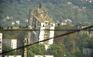 Capture d'écran d'une vidéo montrant la destruction d'une tour des Mureaux, dans les Yvelines, le 3 octobre 2010.