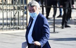 L'ancien homme politique français Jean-Louis Borloo arrive pour assister à une messe funéraire dédiée à Bernard Tapie à la Cathédrale La Major de Marseille, le 8 octobre 2021.