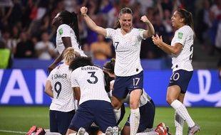 L'équipe de France après le but d'Amandine Henry