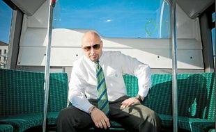 Basilio, habitant de Sarcelles et conducteur de bus, rend hommage à sa ville dans un rap.