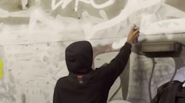 Paris : Les graffeurs RTZ dans les tunnels du métro