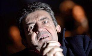 """François Hollande, candidat PS à l'Elysée, """"tire une balle dans le pied de la gauche"""" en n'excluant pas que François Bayrou devienne son ministre et doit choisir entre discuter avec le MoDem ou avec le Front de Gauche, a estimé lundi l'équipe de Jean-Luc Mélenchon."""