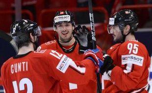 La Suisse a poursuivi sur sa lancée en écrasant la Slovénie (7-1) à Stockholm, tandis que la Finlande a subi un coup d'arrêt en s'inclinant face aux Etats-Unis (4-1) à Helsinki, mercredi lors de la 6e journée du Mondial-2013 de hockey sur glace