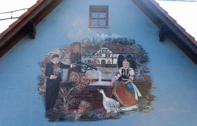 Uttenhoffen le 3 avril 2017. Un dessin sur une maison traditionnelle.