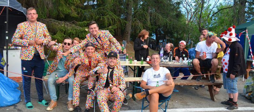 De jeunes Néerlandais, évidemment situés dans le festif virage numéro 7 de l'Alpe d'Huez, ont sorti leur costume le plus sobre, à la veille du passage des coureurs.
