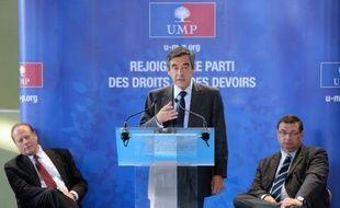 """L'ancien Premier ministre UMP François Fillon a moqué jeudi soir la """"simplicité ostentatoire"""" de François Hollande, au sujet de ses déplacements """"en bus ou en voiture""""."""