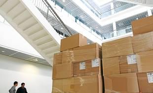 Les cartons sont en train d'être déballés dans le bâtiment de 75 000 m2.