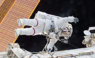 Scott Kelly, le 21 décembre 2015, lors d'une sortie la veille dans l'espace hors de la Station spatiale internationale.