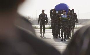 DEUIL Steeve Cocol, brigadier-chef du 1er régiment des hussards parachutistes de Tarbes est mort vendredi 18 juin 2010. Le même jour que l'altercation entre Nicolas Anelka et Raymond Domenech…  310x190_corps-steeve-rapatrie-kaboul-22-juin-2010-france-fiasco-knysna-occupe-tout-espace-mediatique