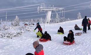 La quinzaine de piste de ski du Champ du feu, en Alsace, a été ouverte aux lugeurs.