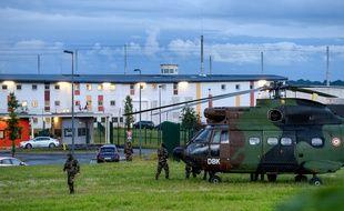 Des soldats français déployés autour de la prison de Condé-sur-Sarthe, près d'Alençon, où deux surveillants sont retenus en otage, le 11 juin 2019.