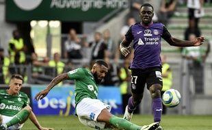 A l'image de Yann M'Vila, qui tacle ici le milieu toulousain Jean-Victor Makengo, l'ASSE a bataillé pour sauver l'essentiel ce dimanche en remontant deux buts (2-2). JEFF PACHOUD