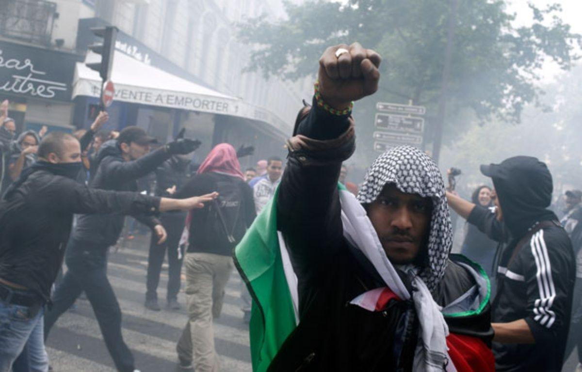 Un manifestant pro-palestinien dans les rues de Paris le 13 juillet 2014. – K.TRIBOUILLARD / AFP