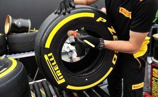 Un pneu Pirelli sur le stand de l'équipe alors que le Grand Prix de Belgique se prépare, le 21 août 2014