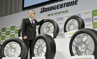 Le groupe japonais Bridgestone a annoncé mardi la décision de sa filiale européenne de fermer son usine de pneus de voitures située à Bari (sud de l'Italie), qui emploie 950 salariés, à cause de la chute des ventes en Europe.