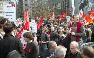 Des personnes participent à un rassemblement devant le siège de la CGT,  le 28 mars 2011 à Montreuil, avant l'arrivée de Fabien Engelmann, qui s'est présenté comme candidat du FN aux cantonales en Moselle.