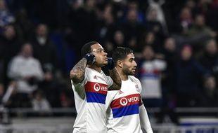 Memphis Depay fête son superbe but contre Villarreal aux côtés de Nabil Fekir.