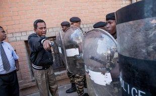 Un policier bloque la rue menant au domicile de Marc Ravalomanana le 13 octobre 2014 à Antananarivo