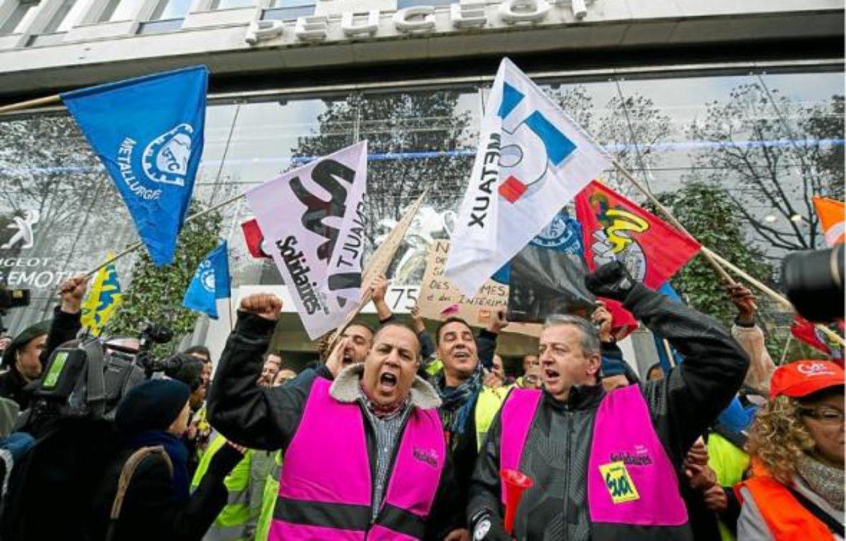 Plusieurs centaines de salariés PSA de l'usine d'Aulnay sont allées manifester hier devant le siège du groupe à Paris. –  A. GELEBART / 20 MINUTES