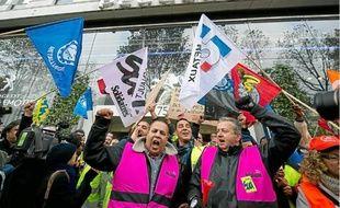 Plusieurs centaines de salariés PSA de l'usine d'Aulnay sont allées manifester hier devant le siège du groupe à Paris.