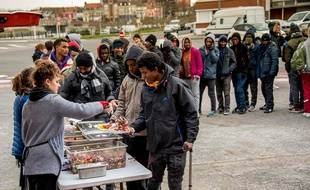 Distribution de repas aux exilés à Calais.